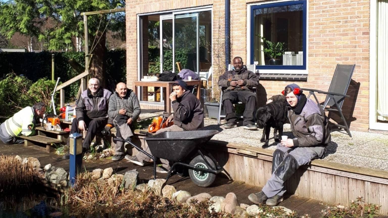 Bewoners van Oranjeborg pauzeren van het werk in de buitenlucht